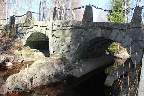 Komea kivisilta on vuodelta 1878. Kaiteena toimii vanha ankkurikettinki, joka on aikoinaan ollut kyläläisten omistamassa kaljaasissa.