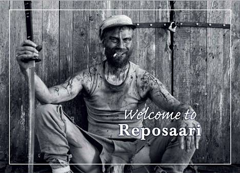 Mika Rätön esittämä Rauni Reposaarelainen hymyilee kutsuvasti uudessa postikortissa. Kortin on taittanut Eetu Henttonen.