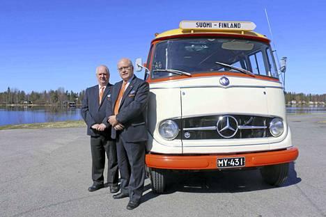 Linjuriauto on maantien ässä. Jouko Muhonen ja Jukka Mäkelä osallistuvat Mercedes Benz L 319 -bussilla viikonloppuna Pietarissa järjestettävään kansainväliseen hyötyajoneuvojen näyttelyyn.