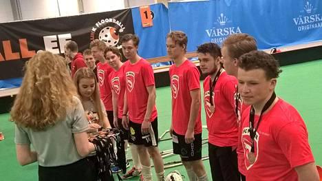 FC Makken nimellä pelannut Siikaisista ja Porista koottu joukkue voitti pronssia Tallink Floorball -turnauksessa sunnuntaina Virossa. Kuudesta pelistä joukkue voitti viisi.