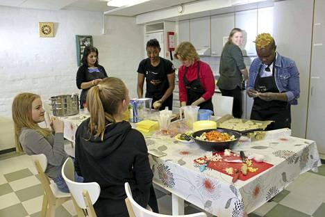 Keittiössä tuoksui hyvältä ja nuoret olivat innokkaita auttamaan.