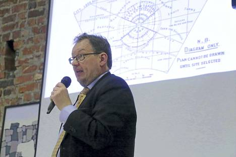 Aluetieteen professori Ilari Karppi toi esiin näkemyksiään keskustan kehittämisestä torstai-iltana Hempankaaressa.