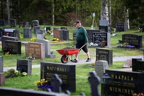 Matti Lundén osallistui toistamiseen talkoolaisena Nakkilan seurakunnan hautakiven oikaisutalkoisiin.