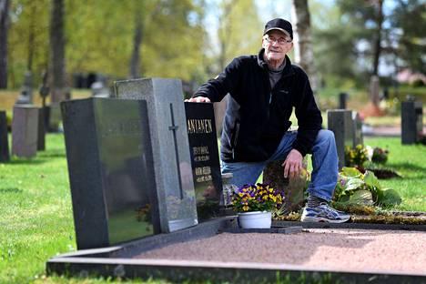 Raimo Lamminen kutsui ammattilaisen oikaisemaan sukuhaudan kiviä. Viisi vuotta sitten hän yritti samaa itse, jolloin kivi kaatui hänen jalkansa päälle kohtalokkain seurauksin.