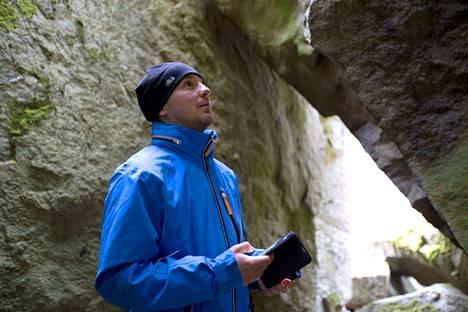Hannu Salminen suunnistaa geokätköille älypuhelimen avulla. Harrastuksen ansiosta hän on löytänyt monia uusia paikkoja.