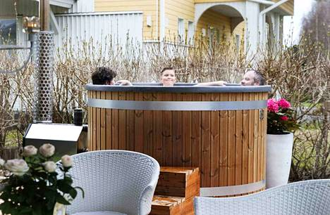 Omakotitalon takapihalle asennetussa kylpytynnyrissä kelpaa pulikoida.