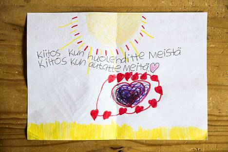 Kyöstin perheen 8-vuotias tytär Iitu-Linnea lähetti terveiset naapureille. Idea oli hänen omansa.