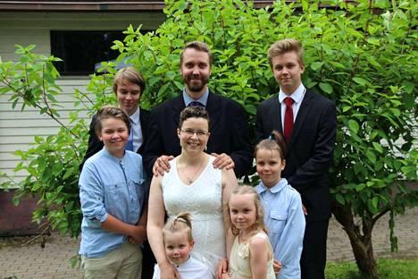 Sami ja Anna Kyösti perheineen. Kuvassa lapset Otto, 17, Eetu, 16, Iikka, 13, Onni, 10, Iitu-Linnea, 8, ja Ukko, 6.