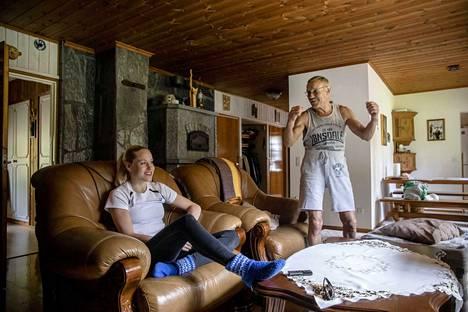 Laura Salmisella on harvinaisen läheinen suhde isäänsä Veikkoon. He asuvat, urheilevat ja matkustavat yhdessä. Toistensa naamoihin he eivät selvästikään ole kyllästyneet, vaan Salmisilla on keskenään hyvä meininki.
