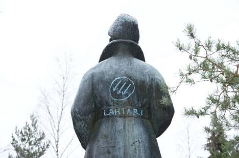 Mannerheimin hahmo jakaa edelleen kansaa. Tampereen Leinolassa sijaitsevaa Mannerheimin patsasta on vandalisoitu melkein joka vuosi.