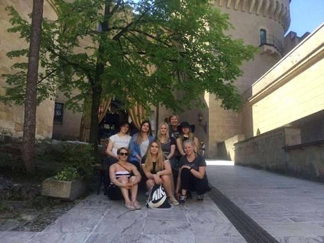Kuvassa ylärivissä vasemmalta oikealle Laura Pyssysalo, Ikra Doramar, Annika Aro, Eija Paukkuri, Oona Kivimäki ja alarivissä Katja Hautamäki, Roosa Laakso ja Milla Parviainen.