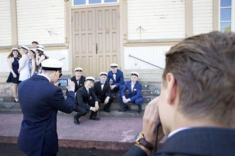 Nyt on juhlan aika. Eero Vanhatalo (toinen oik.) asettui juhlapäivän tunnelmakuvaan yhdessä Juho-Anselmi Pitkäsen, Vili Tuomelan, Vesa Mäkitalon ja Markus Huhtalan kanssa.