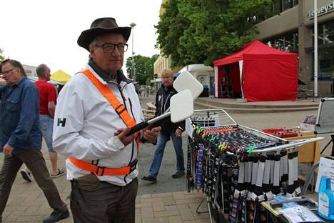 Veli-Esko Rönkkö Ulvilasta kiertää eläkeläisvuosien harrastuksenaan torejaan ja markkinoita auto- ja moottoripyöräaiheisten myyntituotteidensa kanssa.