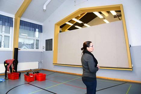 Rasin koulun sisäilma johti evakkoon ensimmäisen kerran jo loppuvuonna 2014. Kirjoja imuroitiin evakkotiloissa Aseman koululla.