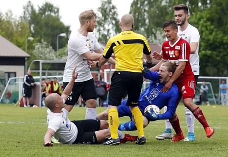 Paikallishenkeä. MuSan Sami Rantala, Niko Vainionpää ja maalintekijä Blend Miftari ottivat mittaa FC Jazzin Sami Liuhalasta ja Juho Kemppisestä.