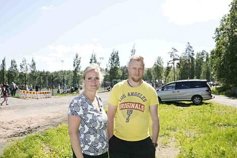 Margareetta ja Risto Salo tulivat Tampereelle Ylivieskasta kolmen lapsensa kanssa. FC Ylivieskan vanhemmista monet saivat sakot jo torstaina.