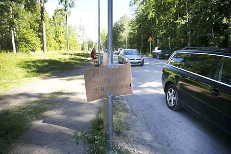 Kirsi Koskinen Tampereen Pallo-Veikoista kertoo, että seura vei alueelle kylttejä, joissa kertoi, että alueella saa pysäköidä vain merkityille paikoille.