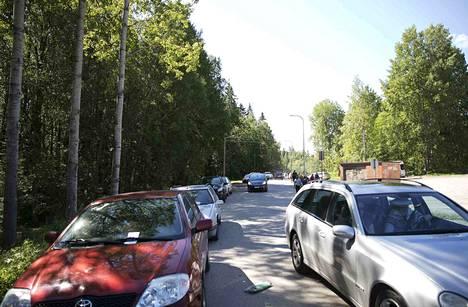 Lähes kaikissa tien viereen pysäköidyissä autoissa oli pysäköintivirhemaksulappu perjantaina jo ennen kuin kello tuli 10.