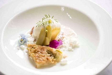 Raparperia, artesaanijäätelöä ja marenkimuruja on kesäinen, raikas ja erittäin maistuva.