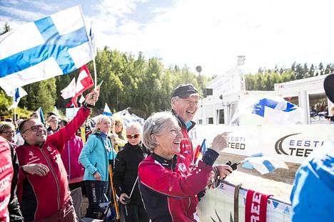 Tuire ja Heikki Niemi riemuitsivat tyttärensä Venlan MM-pronssia Vitipalussa. Vanhempien tuki on tärkeä urheilijalle etenkin, kun elämänkumppani Antti Harju ei päässyt matkaan.