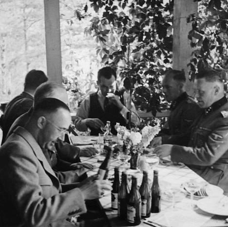 Ilmeisesti myrkytyksen pelossa saksalaiset toivat Himmlerin Suomen-lomalle lähes kaikki elintarvikkeet mukanaan Saksasta. Viinipullot sai avata ainoastaan Himmlerin adjutantti. Kuva on todennäköisesti pöydän päässä istuvan pääministeri Jukka Rangellin huvilalta Luopioisten Kukkiajärveltä.