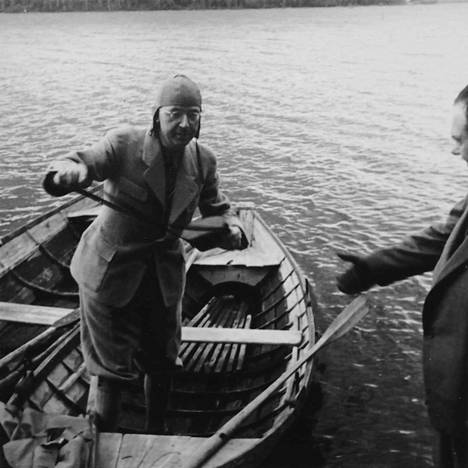 Muutamasta epävirallisemmasta kuvasta voi aistia myös Himmlerin pelokkuuden luonnonvoimia kohtaan. Todennäköisesti Vanajaveden rannalta otetussa kuvassa Himmleriä auttaa veneestä tämän henkilääkäri Felix Kersten.