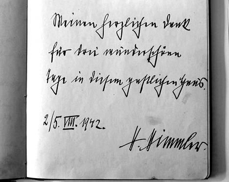 """Eino Suolahden Petäys-huvila, jossa Himmler vietti lomaansa kesällä 1942, purettiin jo vuosikymmeniä sitten, mutta sen vieraskirja on säilynyt Suolahden suvulla. Vierailunsa viimeisenä päivänä Himmler jätti kirjaan terveisensä: """"Sydämelliset kiitokseni ihanista päivistä tässä vieraanvaraisessa talossa 2.–5.8.1942. H. Himmler"""""""