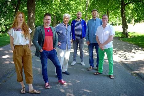 Sarmantoa pukkaa Porissa näillä nimillä: Anni Elif Egecioglu, Jarmo Saari, Heikki Sarmanto, Mikko Hassinen, Mikko Perkola ja Seppo Kantonen.