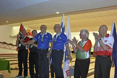 Mänttäläinen Pauli Ollikainen (Suomen edustajista vasemmalla) vei parikilpailun EM-kultaa yhdessä jyväskyläläisen Erkki Vahtolan kanssa keilailun Senioreiden EM-kisoissa Irlannissa.