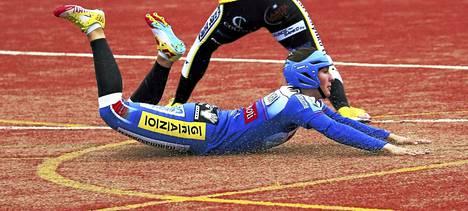 Senni Korhonen pelasi ensimmäisen Superpesisottelunsa Manse PP:ssä etenijäjokerin roolissa. Kuvassa Korhonen syöksyy pesään Hämeenlinnan Paukun paidassa.