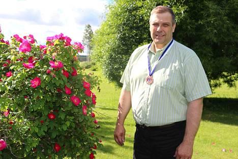 Ari Tamminen kaulassaan tuore pronssimitali Kiuruveden iskelmäviikon IskelmäMestarit-kilpailusta. Tamminen on humppakuningas vuodelta 2015.