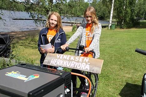 Venesjärveläiset nuoret yrittäjät Eeva Alhola ja Laura Latvajärvi ideoivat itsellensä kesätyön. Tytöt pyörittävät Veneksen Herkkupyörää, joka liikkuu Venesjärven uimarannan lisäksi kyläraitilla ja erilaisissa tapahtumissa.
