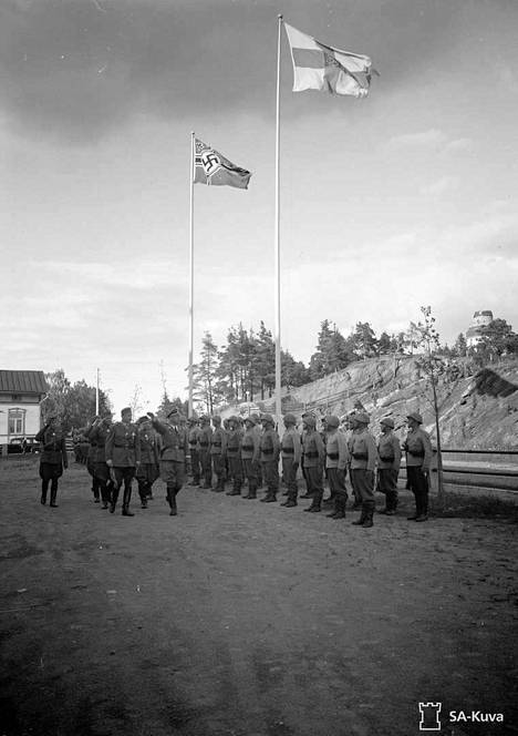 Ennen lomailuaan Himmler poikkesi myös Mikkelissä tapaamassa marsalkka Mannerheimia. Päämajan edustalla kaksikko tarkasti kunniakomppaniaa hakaristilipun liehuessa ja Himmlerin tehdessä natsitervehdystä.