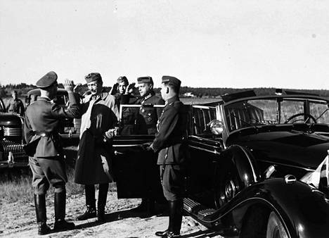 Himmlerin kerrotaan ilahtuneen suuresti, kun marsalkka Mannerheim saapui yllättäen hyvästelemään häntä Mikkelin lentokentälle. Mannerheimin käytössä oli tuolloin Hitleriltä saatu panssaroitu Mercedes-Benz 770 Offener Tourenwagen, aikansa kallein auto maailmassa.