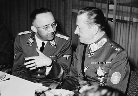 Himmler ja Mannerheim keskustelemassa hotelli Kalevan illallisilla Mikkelissä. Huomaa yhteneväinen hiusmuoti.