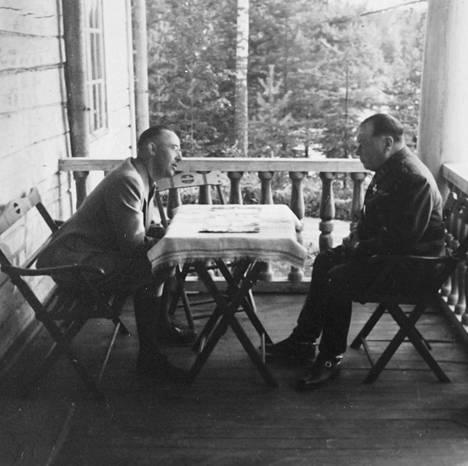 Heinrich Himmlerin lomapaikkana heinä–elokuussa 1942 toimi Tyrvännön Petäyksessä sijainnut armeijan ylilääkärin Eino Suolahden huvila. Kaksikon tiedetään keskustelleen muun muassa suomalaisten sotainvalidien lähettämisestä Saksaan toipumaan.
