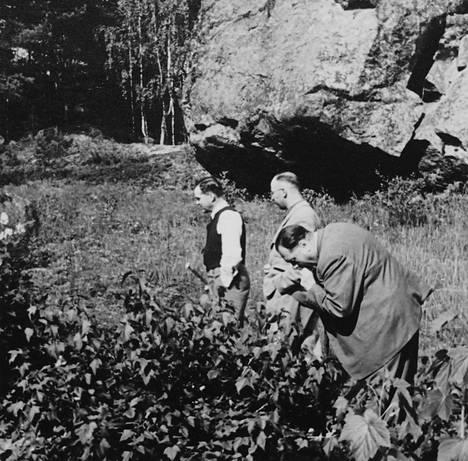 Pääministeri Jukka Rangell (vas.), Heinrich Himmler ja Himmlerin henkilääkäri Felix Kersten kuvattuna 4.8.1942 todennäköisesti Luopioisten Kukkiajärvellä tai Tyrvännön Petäyksessä.