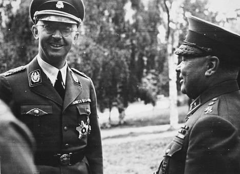 Vaikka Himmlerin hermoloma Suomessa ei sujunut aivan henkilääkärin käsikirjoituksen mukaan, SS-valtakunnanjohtaja oli usein iloisella tuulella. Pääkallolla koristellussa SS-koppalakissa myhäilevää natsijohtajaa jututtaa tällä kertaa armeijan ylilääkäri Eino Suolahti, suuri Saksan ystävä.