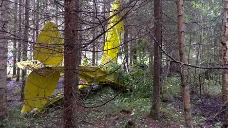 Onnettomuuskoneen toinen siipi osui puihin, minkä jälkeen kone putosi sankkaan kuusimetsään.