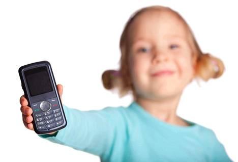 Kallista puhelinta ekaluokkalaiselle ei vanhempien mielestä kannata hankkia, koska ei tiedä, kauanko puhelin pysyy ehjänä tai edes tallessa.