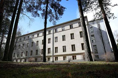 Harjavallan sairaalan alueella on useita rakennuksia eri vuosikymmeniltä.