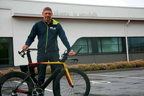 Pyöräily on Marko Lampelan vahvin laji, ja Harjavallan monitoimihalli hänen epävirallinen konttorinsa.