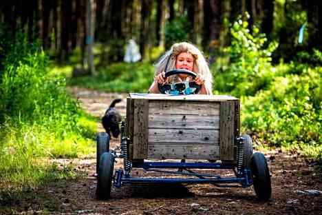 Oma Virtanen on muuttunut Kannonkolon Elliksi, ja laskettelee mäkeä alas mäkiauton ensitestissä. Tiimin tarinaa voi seurata heidän Facebook-sivuiltaan.