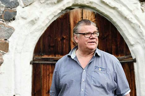 Timo Soinin poliittinen ura hakee vertaistaan. Soini oli yksi niistä neljästä miehestä, jotka vuonna 1995 perustivat perussuomalaiset. Soini johti puoluetta 20 vuotta. Puolue kasvoi nollasta 37 kansanedustajan ja 5 ministerin puolueeksi ja hajosi.