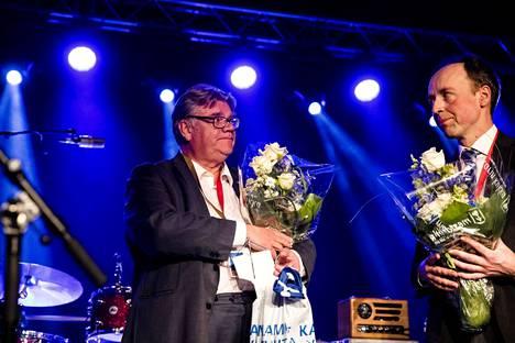 Perussuomalaisten puheenjohtajaksi kesäkuussa valittu Jussi Halla-aho (oik.) ja tehtävän jättänyt Timo Soini kohtasivat puoluekokouksen lavalla toisensa.