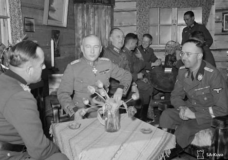 Himmler kävi Suomessa myös alkuvuodesta 1942. Tarkoituksena oli kohottaa Pohjois-Suomessa olevien SS-joukkojen taistelumoraalia. Kiestingissä hän tapasi myös kenraali Hjalmar Siilasvuon (keskellä).