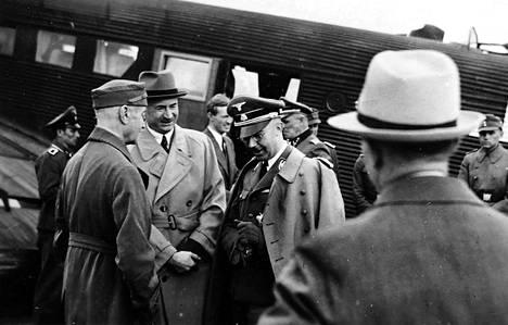 Himmler lähdössä jälleen yhdelle Suomen-matkansa lentoetapeista.