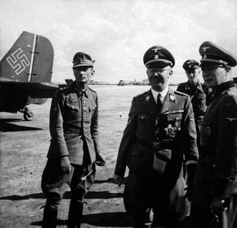Himmler esikuntineen kuvattuna Malmin lentokentällä.