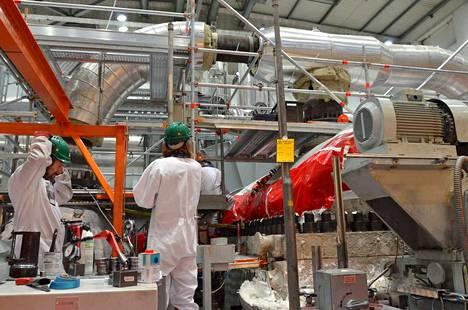 Turbiiniparannukset nostavat Olkiluodon ydinsähkön tuotantoa saman verran kuin monet vesivoimalat tuottavat. Arkistokuvassa Olkiluoto 2:n turbiinihuolto käynnissä keväällä 2015.
