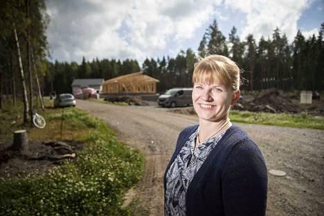 Eurajoen kunnan kehitysjohtajalla Johanna Huhtalalla on aihetta hymyyn. Kuusikkokujan kaikki vapaat tontit menivät.